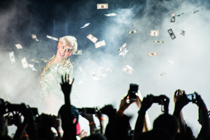 Miley Cyrus, Concert Photos, Vienna, Austria, 2014: Miley Cyrus on stage, money and fans