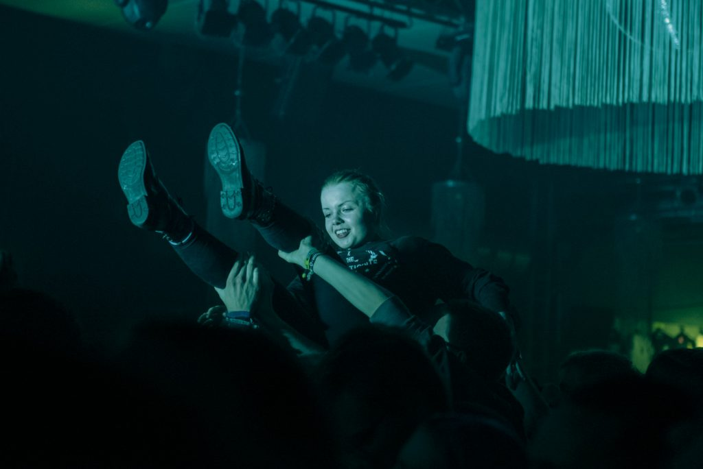 08_fan_crowdsurfing
